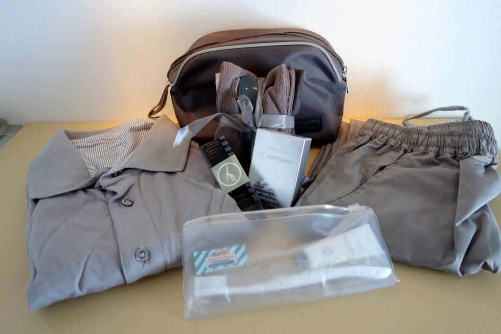 Lufthansa First Class, amenity kit och pyjamas