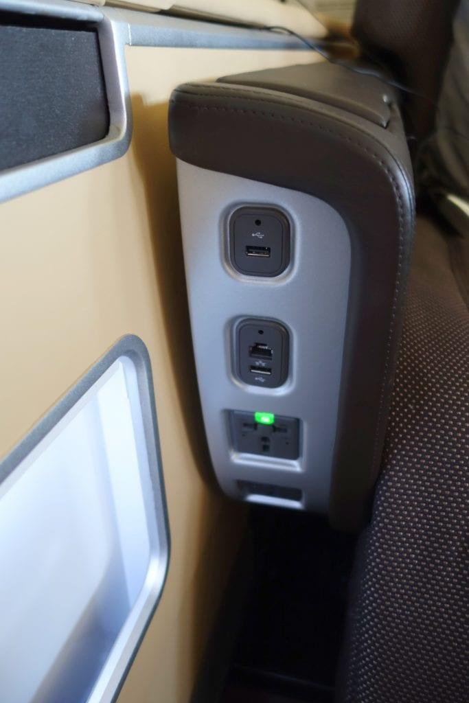Strömuttag och USB-port