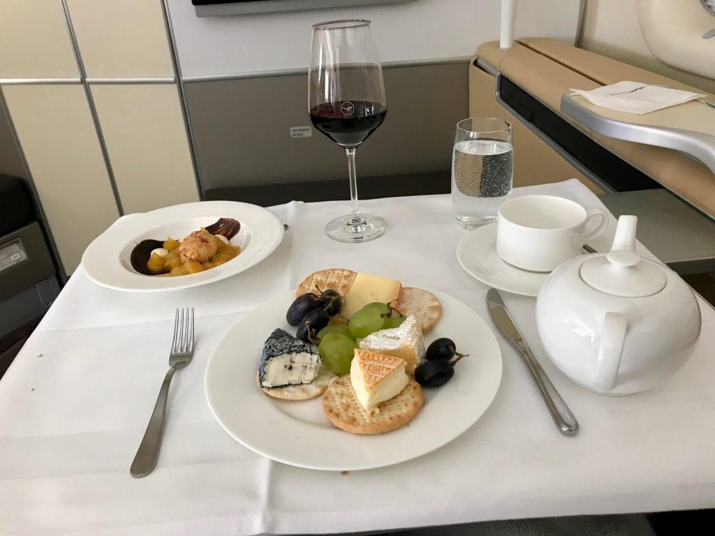 Dessertvin, dessert och osttallrik