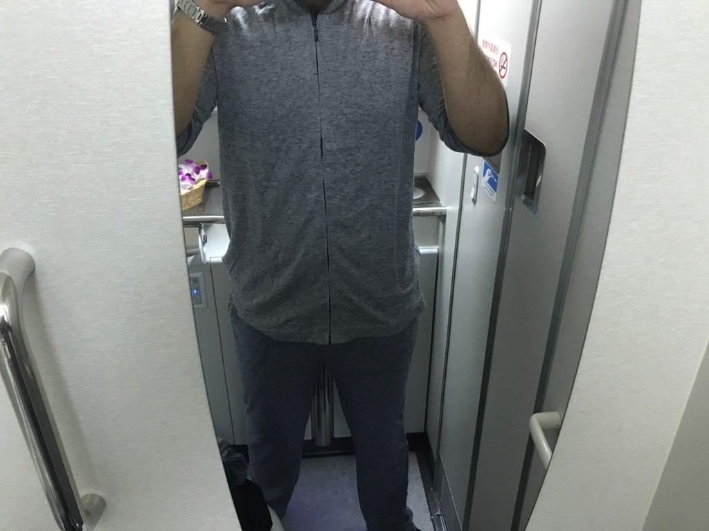 ANAs First Class-pyjamas påtagen