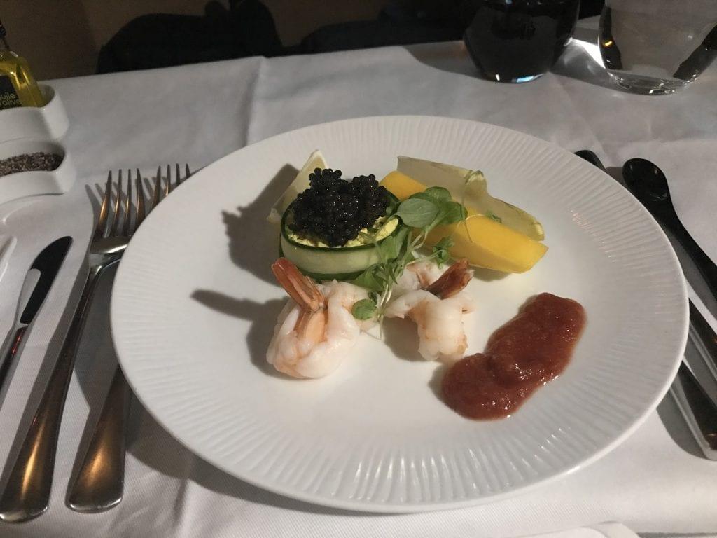 God förrätt på räkor, krabba och kaviar ombord ANA First Class