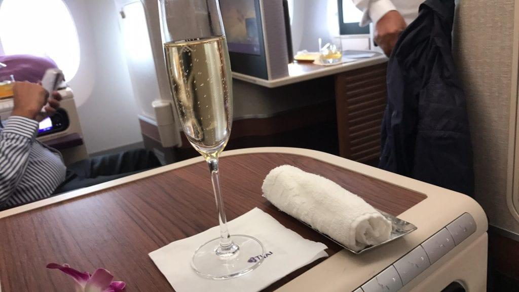 Champagne och kall handduk ombord