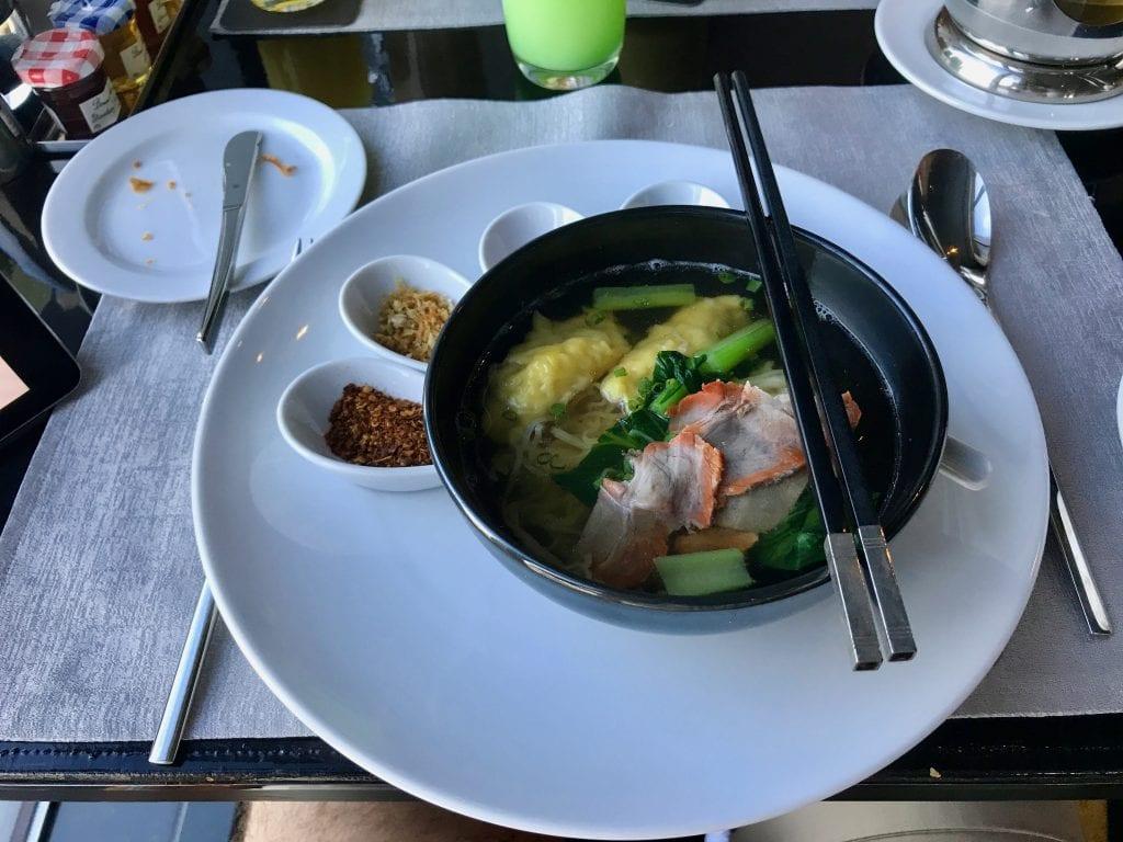 Kinesisk nudelsoppa med fläsk och dumplings, So Sofitel Bangkok