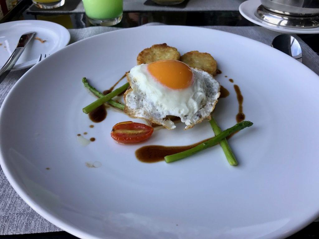 Steak & Eggs med tillbehör (köttbiten är under ägget), So Sofitel Bangkok