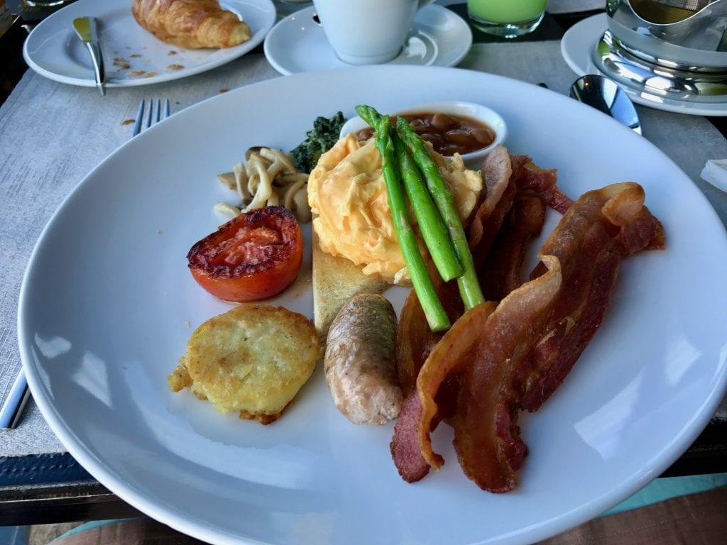 So Big Breakfast bestående av ägg, bacon, hash browns, tomater, bönor, korv, spenat, svamp och spenat.