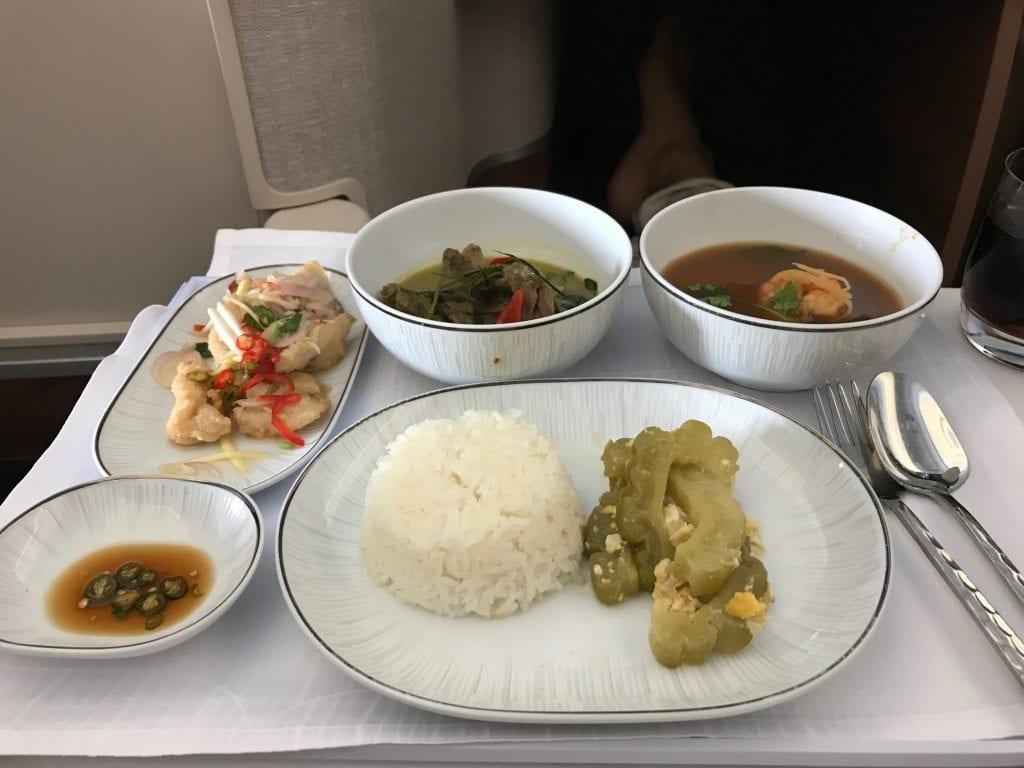 Thai Samrab (setmeny). Från vänster hörn: Friterad vitfisk med grön mangosallad, Biff i grön curry, Sur räksoppa, Fräst kalebass med ägg (bredvid riset).