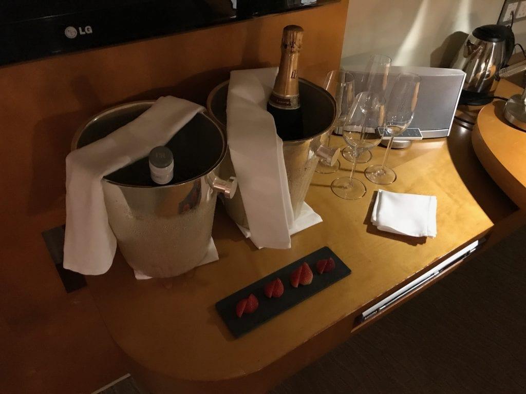Välkomstgåva #2: champagne och vin, Park Hyatt Dubai