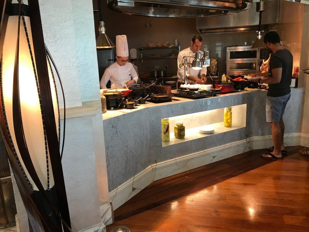 Kockarna kan göra ägg, våfflor o.s.v på beställning, Park Hyatt Dubai