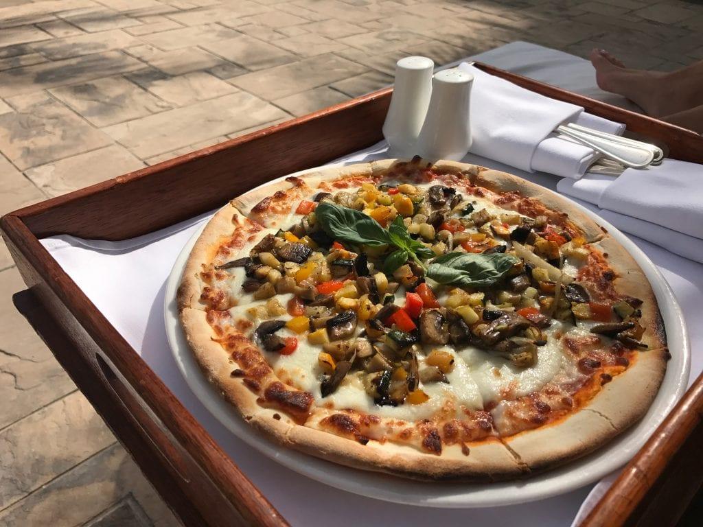 Pizza vid poolen, Park Hyatt Dubai
