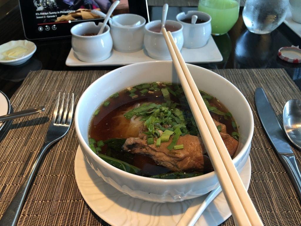 """""""Kouy Teaw Gai"""", risnudelsoppa med kyckling och grönkål"""