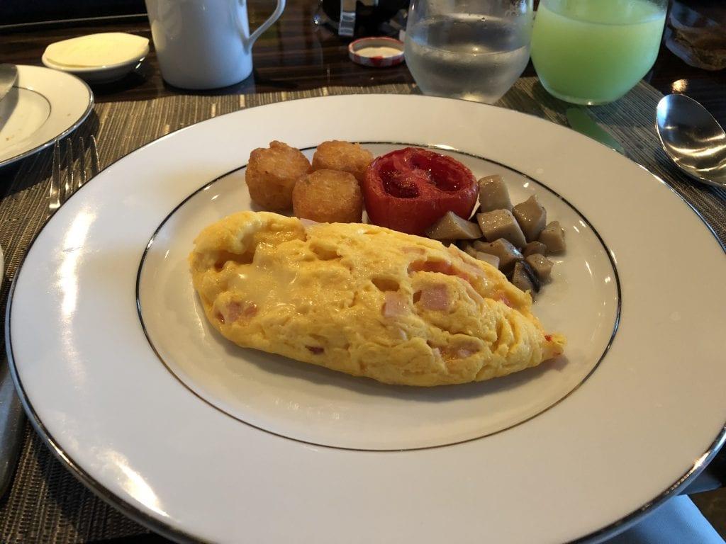 Omelett med hash browns, tomat och champinjoner