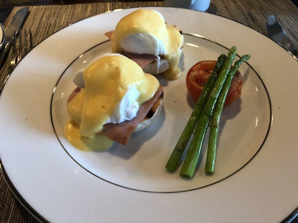 Eggs Benedict med sparris och tomat