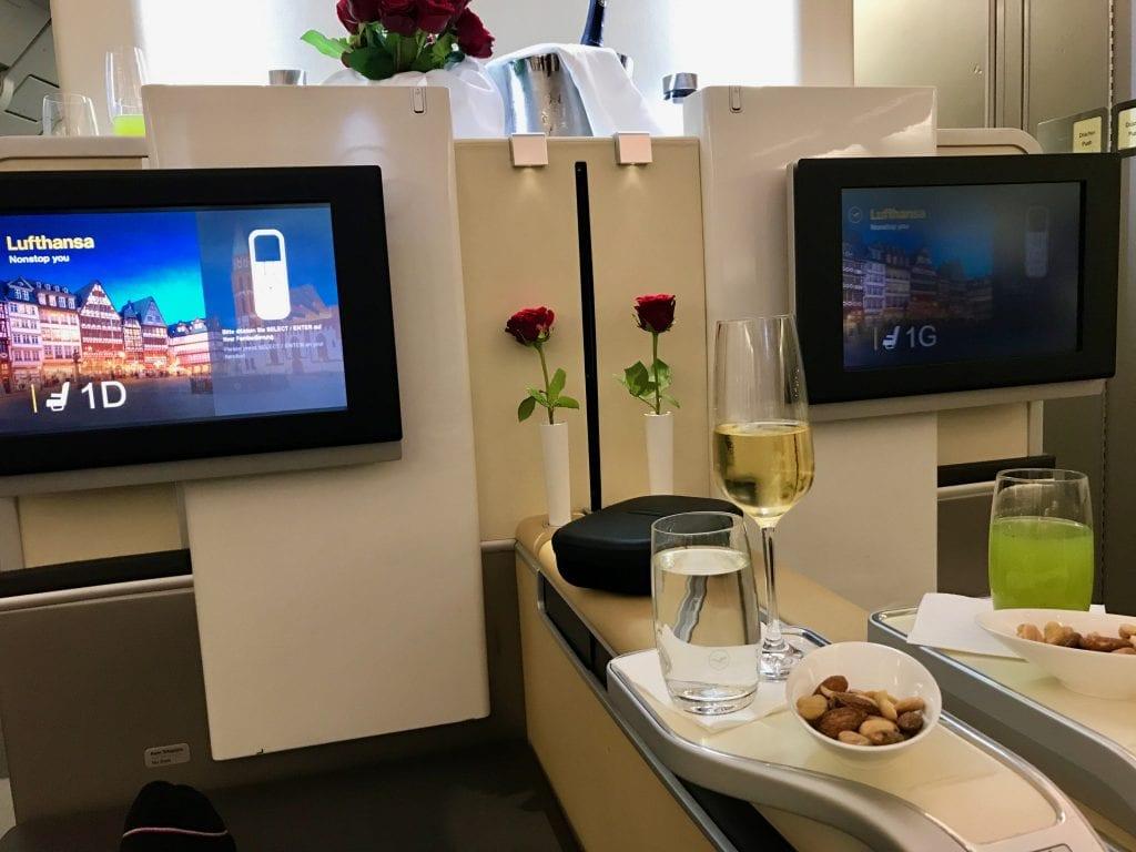 Välkomstdryck ombord Lufthansas First Class