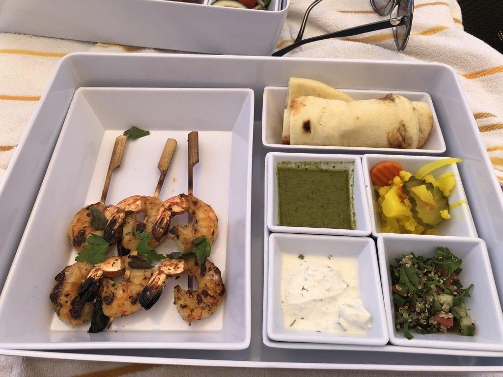 Stillahaveträkor med pita, inlagda grönsaker, tabbouleh, tzatziki