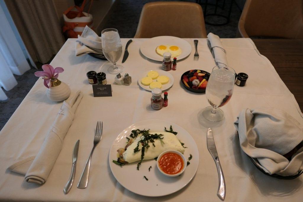 Omelett på äggvita, champinjoner, ost, tryffel, grönkål med paprikasås