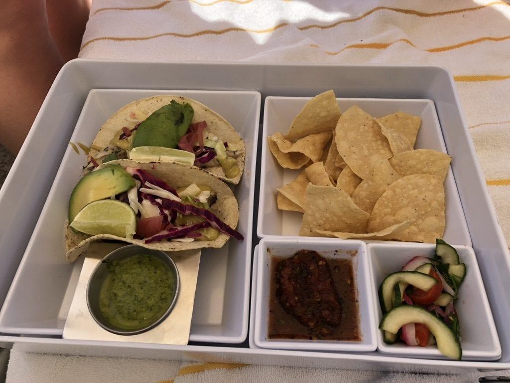 'Baja'-fisktacos med nachos, jalapenosalsa och armenisk gurksallad