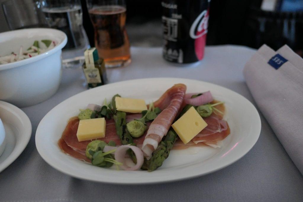 SAS Business Class, Lufttorkad skinka med ost, grön sparris, inlagd schalottenlök och örtklick