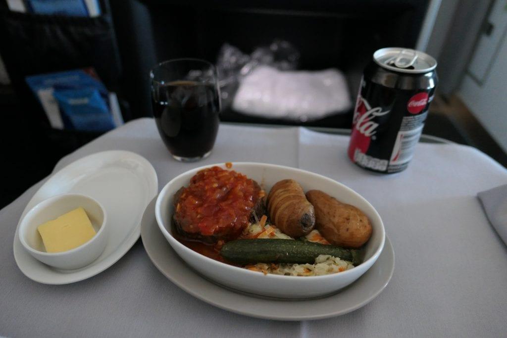 """SAS Business Class, Biff """"Ballotine"""" med hasselbackspotatis, vitkål och morötter, rostad zucchini och barbecue-sås"""