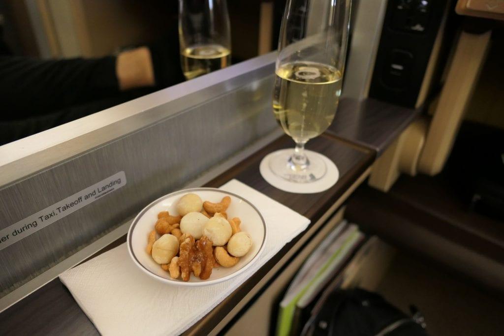 Champagne och nötter, Singapore First